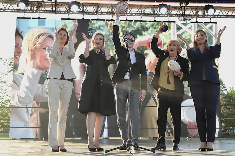 Вжюри фестиваля— ведущие театральные критики, авозглавляет его народная артистка РоссииОльга Остроумова (вторая справа)