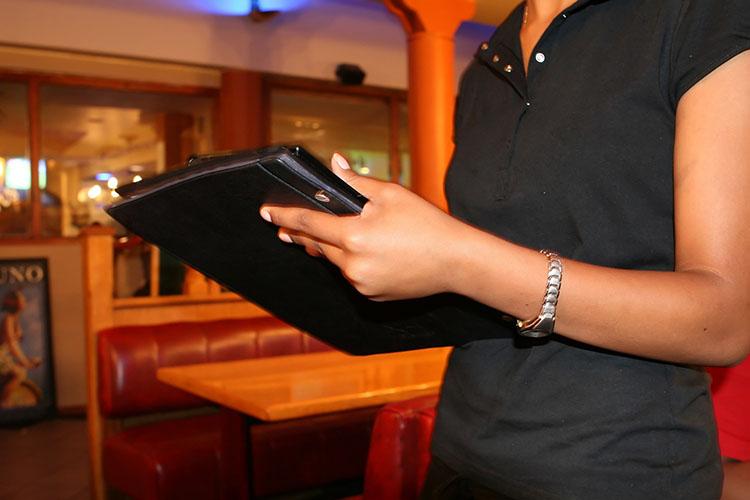 Спозиции официанта можно уйти вадминистраторы— деньги теже, абеготни ипрямого контакта спосетителями меньше. Официант, допустим, зарабатывает 40тыс. рублей вмесяц, аадминистратор больше бумагами занимается, рассчитывает гостей