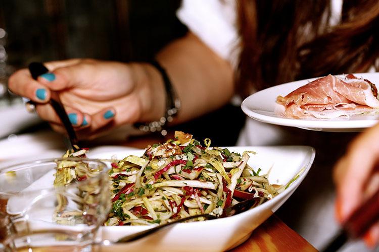 Официанту просто необходимо знать все блюда навкус. Вправильном заведении должно быть регулярное обучение— когда вменю появляется новое блюдо, его видеале должен попробовать каждый