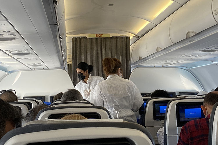 Египетские стюардессы, подобно врачам работают в защитных костюмах