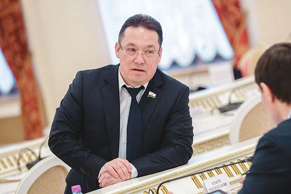 В2020 году Эмиль Хуснутдинов (7) превзошел самого себя изаработал 127,2млн рублей.Источник средств декларации нераскрывается, ноизперечня добра пропало порядка 600 объектов различной недвижимости