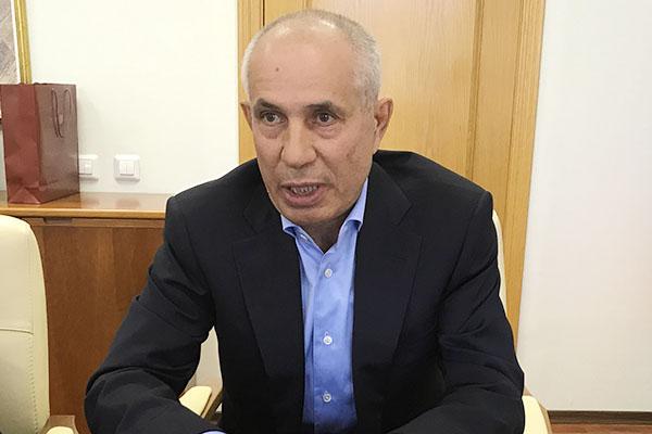 Семейный бюджет Рафиса Мустафина (1) пополнился на 403,9млн рублей.Сам депутат отчитался о275,1млн рублей годового заработка, его супруга добавила еще 129 миллионов