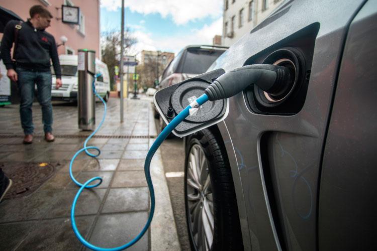 К 2030 году минэкономразвития обещает построить 150000 зарядных станций, стимулировать владельцев электромобилей бесплатными парковками и избавлением от транспортного налога