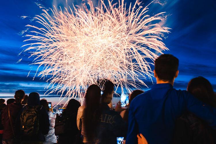 Завершится День России в22.00 праздничным салютом, которым можно будет полюбоваться снабережной уЦентра семьи «Казан» исКремлевской набережной