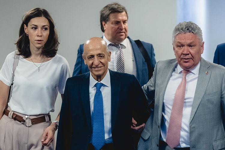 Бывший президент ФИНАХулио Маглионе (в центре), который руководил федерацией с2009 по2021год, привез в Казань своего сменщика—Хусейн Аль-Мусаллама