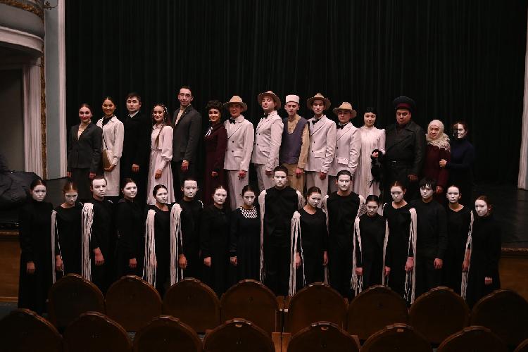 Спектакль идет нататарском, асинхронный перевод почти все время отставал отпроисходящего