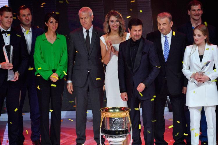 Александр Крылов (третий справа)был признан лучшим руководителем клубаКХЛ