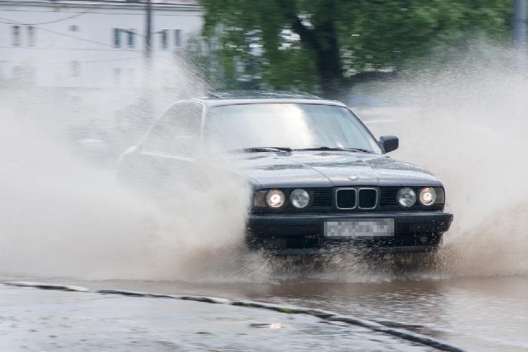 Пешеходу поток наулицах города грозит испорченным внешним видом, зато автомобиль, попавший вгородской реку, может получить существенные повреждения. Ремонт может стоить от30 до300тыс. рублей, взависимости отмарки машины иуровня еепогружения вводу
