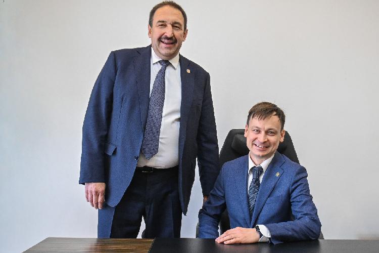 Сегодня премьер-министр ТатарстанаАлексей Песошинпредставил коллективу госкомитета РТпозакупкам нового руководителя— имсталРуслан Сабиров, который был назначен наэту должность указом президентаРТ