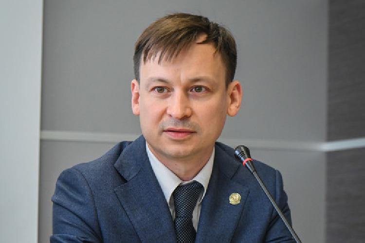 Нагосслужбу Сабиров пришел в2007 году, сначала работал всистеме помощником министра транспорта идорожного хозяйства РТ, затем— начальником отдела общего обеспечения втатарстанском Росреестре