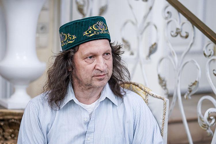 Вчера вечером насвоей странице во«ВКонтакте» директор казанской школы «СОлНЦе» Павел Шмаков объявил онеобходимости навремя оставить работу из-за проблем создоровьем