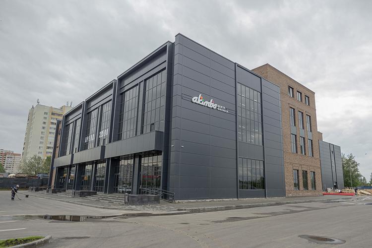 Напроспекте Амирхана101В построентрехэтажный торговый центробщей площадью 7,9тыс.кв.м. Вывески Spar и«Акимбо» уже висят наздании— фитнес-центр открылся наэтой неделе, продуктовый нанизком старте