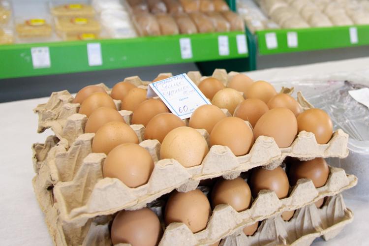 Начнем спродуктов, которые сильнее всего подорожали внаборе «Магнит базовый». Тут непорадовали нас куриные яйца— самый доступный источник животного белка для россиян