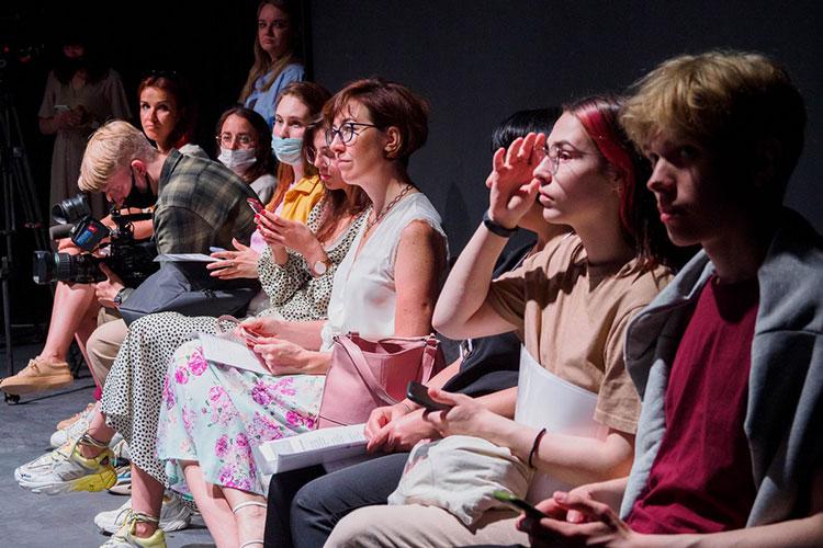 Возможно, вкаком-то смысле «Театр горожан» может работать как групповой сеанспсихотерапииили показывать результат частных размышлений