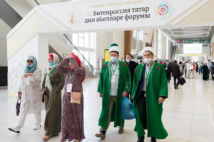 Напрошлой неделе завершился всероссийский форум татарских религиозных деятелей, который вот уже 11 лет проводится вКазани накануне болгарского Жиена. Это главное событие года для исламского духовенства татар, важнейшая площадка для ихвстреч иточная витрина царящих под чалмами итюбетейками настроений