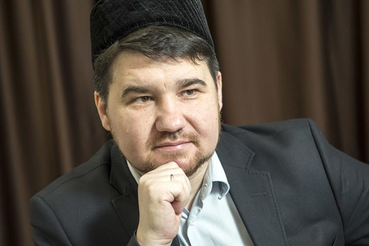 Рустам Батыр:«Даже бегло скользя потексту, несложно уловить суть: солнце восходит изаходит, кризисы приходят иуходят, года сменяют друг друга, авколлективном Багдаде татарского ислама все тихо испокойно»