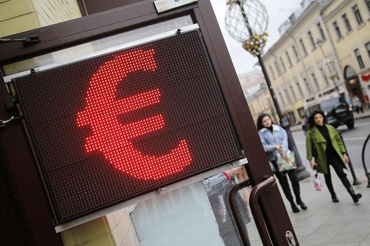 Наизвестие оповышении ставки уже отреагировал рубль: буквально заполчаса после выпуска релиза ЦБ, к14.00, евро наМосковской бирже впервые с17марта подешевел до87 рублей, курс доллара снизился до71,55 рубля