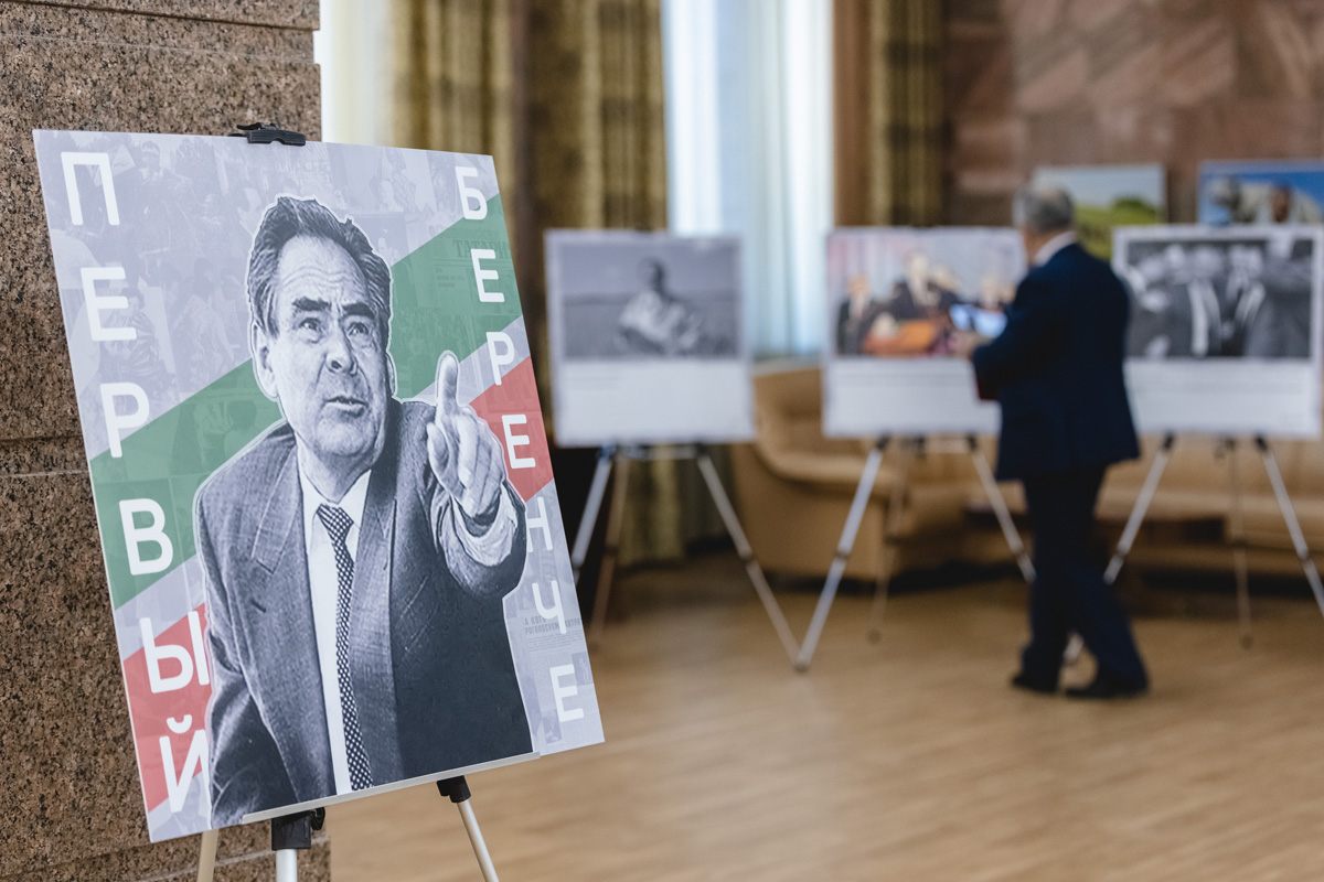 После завершенияпервой части сессиинакануне депутаты Госсовета РТотправились навторой этаж, где открылась выставка к30-летию избрания первого президента ТатарстанаМинтимера Шаймиева