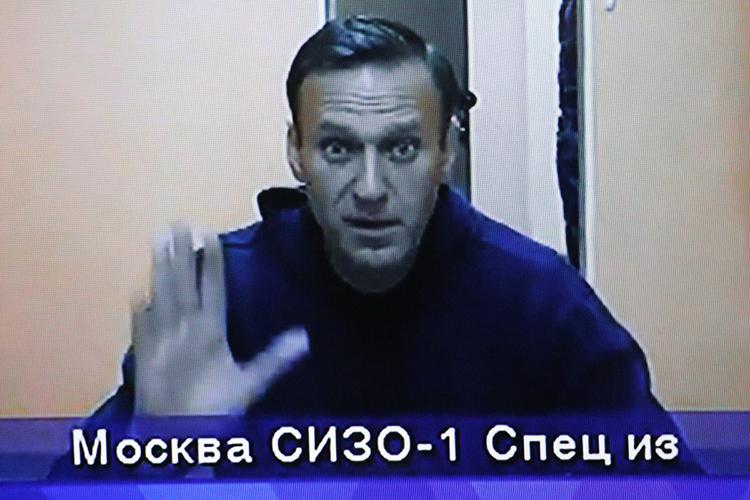 Навальныйже, пословам Путина, так иненазвавшего оппозиционера пофамилии, был осужден занарушение условного наказания. Пословам Путина, таких вРоссии тысячи, иони неимеют никакого отношения кполитической деятельности