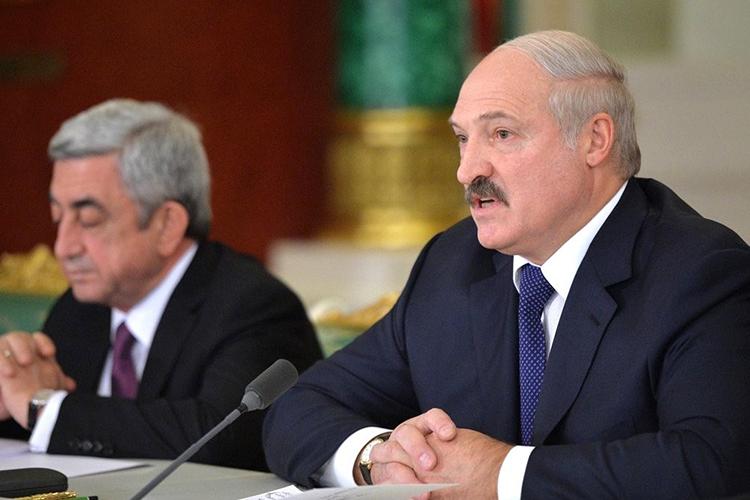 «Что-то я ни разу не слышал интервью этого командира корабля, который сел в Минске. Почему бы его не спросить: тебя что, силой принуждали садиться? Почему не спрашиваете-то у него? Это даже странно. Все обвиняют Лукашенко, а у пилота не спрашивают»