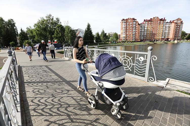 Не радуют и данные по рождаемости, которая в 2020-м сократилась на 3% (минус 44,6 тыс. человек). Годом ранее показатель снизился еще больше — на 7,7%. Отрицательная динамика рождаемости связана с демографическим кризисом 1990-х, поясняли ранее в минтруде РФ