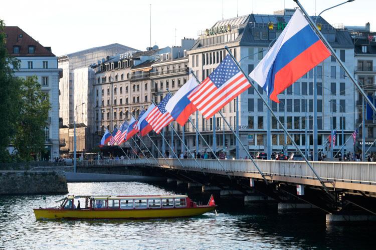 Флаги России и США на мосту Монблан в Женеве, вывешенные в преддверии саммита президента России Владимира Путина и президента США Джо Байдена