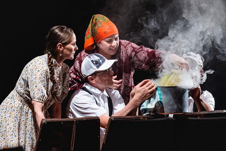 Кульминацией спектакля, безусловно, можно назвать сцену сбананами, вкоторой центральную роль играет любопытная жительница спытливым умом (Файзуллина)