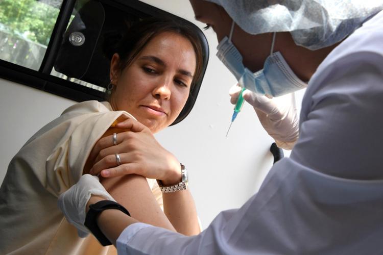 Сегодня главный санитарный врач Москвы ввела встолице обязательную вакцинацию против COVID-19 для работающих жителей