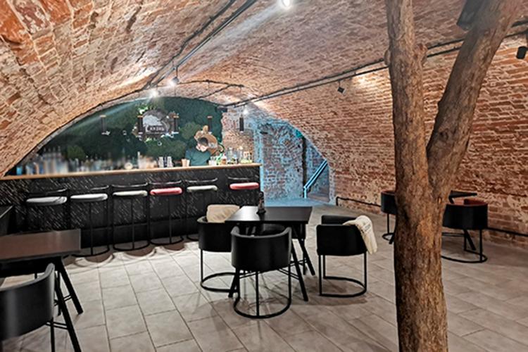 Винно-коктейльный бар «Жизнь» наКарла Маркса казанские предприниматели продают за4,3млн рублей. Камерное заведение на45 местпоявилосьвКазани два года назад еще наТеатральной близ театра оперы ибалета, иработало с16:00 до4:00