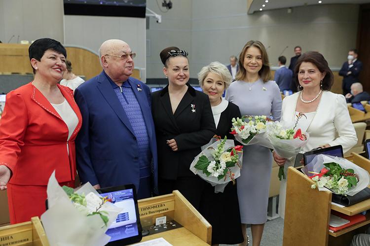 Альфия Когогина (вторая справа)