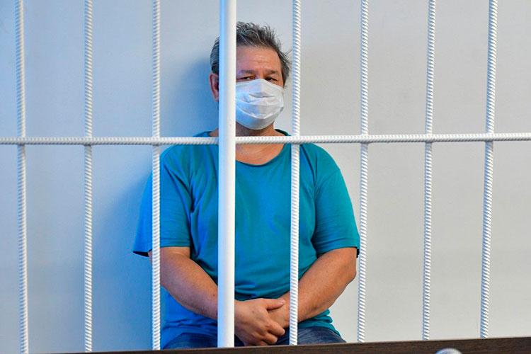 Обвиняемый в убийстве челнинских бизнесменов, которые владели известным в автограде салоном штор, Ринат Зиннуров никак не реагировал на столпившихся вокруг клетки журналистов, сохраняя невозмутимое спокойствие