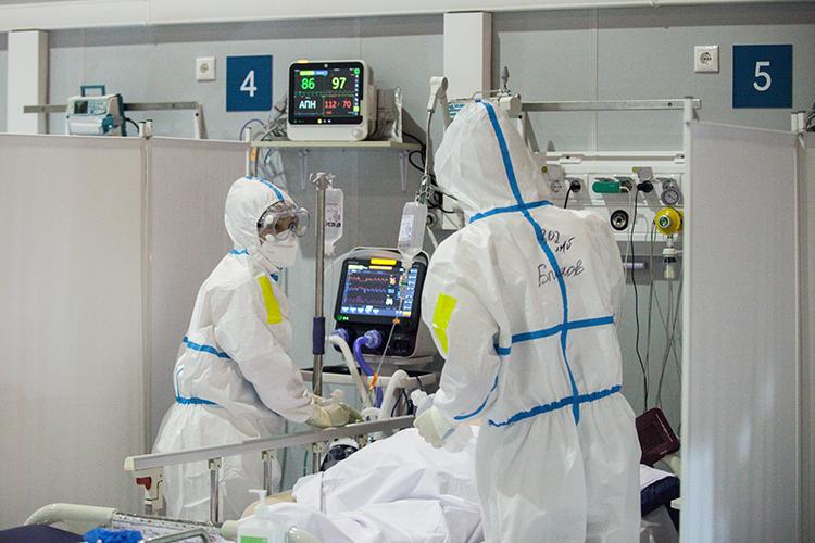 ВМоскве, которую накрывает третья волна коронавируса, заминувшие сутки обнаружили беспрецедентные 9056 новых случаев заболевания. Это абсолютный рекорд сначала пандемии. Ежедневно «съедается» по200-300 коек для пациентов сCOVID-19