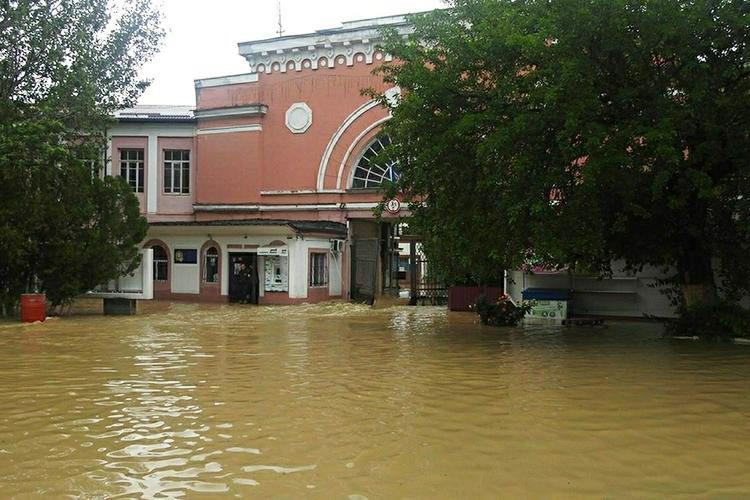 ВКерчи затопило улицы так, что передвигаться можно было только налодках