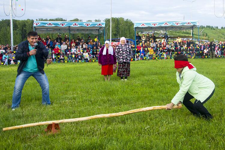 «Благодаря заразительной лихости, всеобщему веселью, жизнеутверждающему народному юмору, массовости, где каждый является одновременно иучастником, изрителем, Сабантуй давно стал иобщим праздником народов Татарстана»