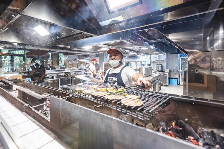 Сама кухня заслуживает отдельного описания: она открытая! Сделав заказ, можно расслабиться— ипонаблюдать затем, как его готовят