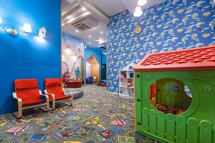 Для детей в«Чайхоне №1» работает игровая комната навтором этаже, рассчитанная на30 малышей