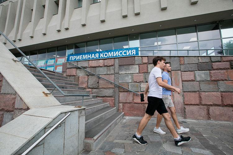 Проректор по образовательной дейстельности КФУ Дмитрий Таюрский отметил, что в КФУ число бюджетных мест для абитуриентов подросло в этом году на 1200!