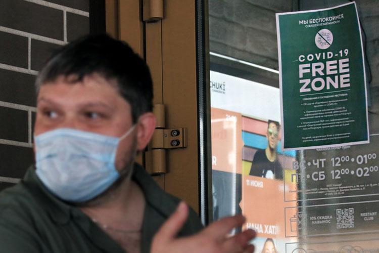 В Москве с 28июня посещать заведения общественного питания смогут только посетители, имеющие защиту отзаболевания— вакцинацию, антитела после болезни ковидом (действительны втечение 6 месяцев) или отрицательный ПЦР-тест (действителен втечение 3 дней)