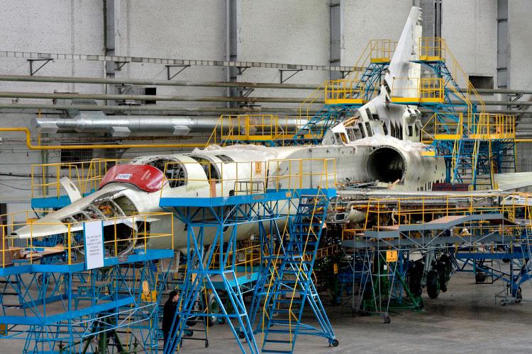 Что сегодня делает КАЗ? Ремонтирует Ту-22М3, Ту-160 (на фото) и Ту-214 — в общей сложности три-четыре в год