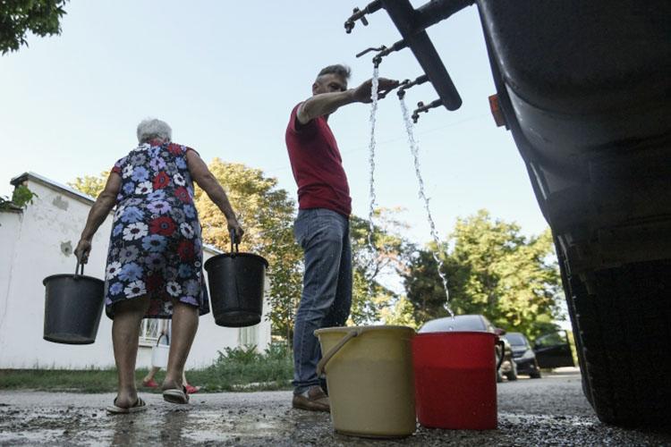 «Внекоторые поселения потребованиям жителей мыосуществляем подвоз воды намашинах»