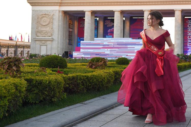 «Изначально, мы искали дочке платье в свадебных салонах, но там ценник кусается, платья стоят порядка 25 тыс. рублей, причем, подобные платья в пол больше и не наденешь никуда»