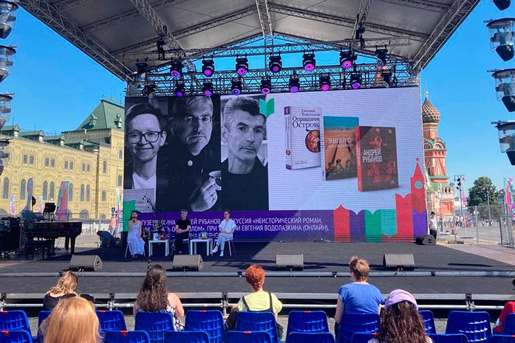 7-й книжный фестиваль «Красная площадь» вМоскве попал нетолько вразгар третьей волны заражения коронавирусной инфекцией, ноивпериод собянинских выходных