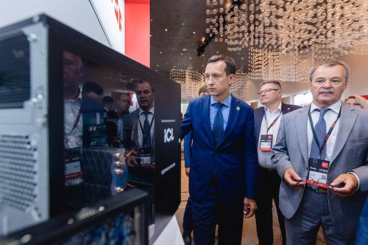 Айрат Хайруллин, сопровождаемый Виктором Дьячковым осмотрел выставку, на которой свои решения представили десяток российских и мировых компаний — от «Ростелеком Солар» до Astra linux и Huawei