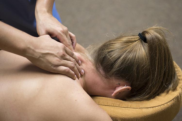 Какие болезни лечит массаж? Практическивсе. Например, бесплодие