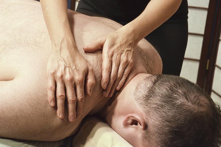 «Медобразование в профессии массажиста нужно для азов. Это как азбука. То есть перед тем, как приступить к массажу, у специалиста с медицинским образованием, по крайней мере в начале карьеры, больше знаний для того, чтобы при осмотре пациента увидеть у него зажимы, блоки»