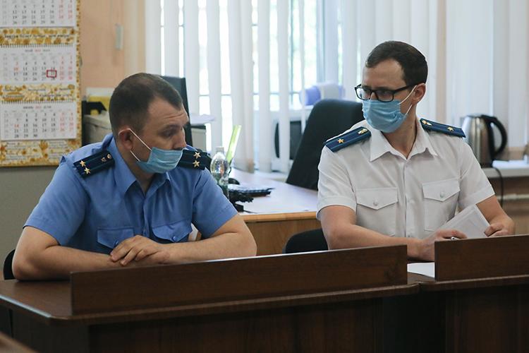 Дмитрий Линевич(справа)—следователь 4-го «экономического» отдела СКР поРТ. Переехав изюго-востока Татарстана встолицу расследовать несколько эпизодов уголовного дела вотношении банкираРоберта Мусина, Линевич прочно здесь закрепился