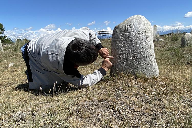Ильгам Гумеров разбирает древние арабские письмена на татарских надмогильных камнях