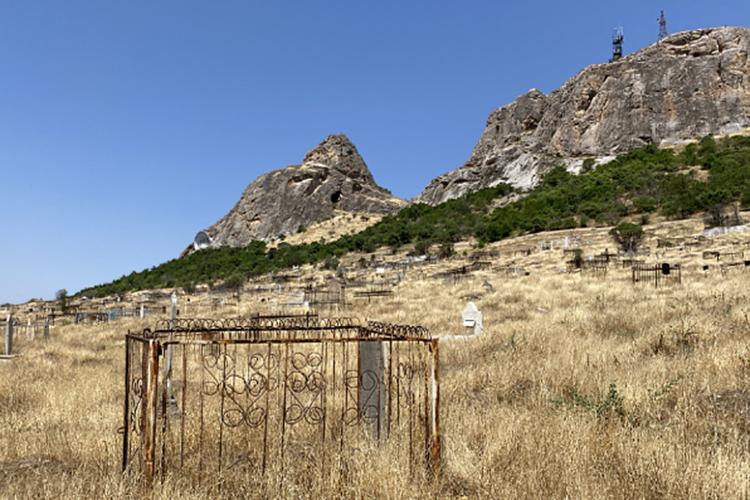 Татарские могилы у подножия Сулейман-горы в районе г. Ош