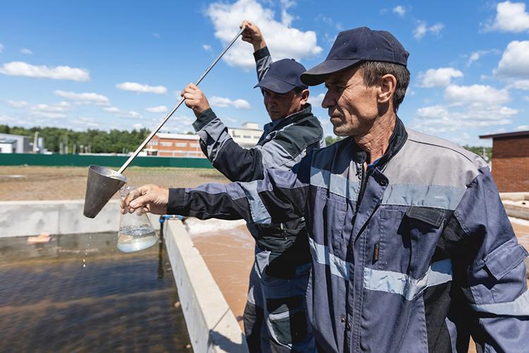 «Мыпроводим производственный экологический контроль. Осуществляем замеры нетолько сточных иочищенных вод, ноипромышленных выбросов нанашем предприятии, наисточниках выбросов— нетли превышений показателей»