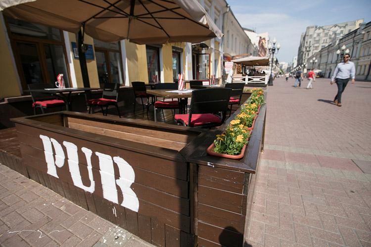 Спонедельника новые правила работы ввели для общепита Москвы. Рестораны икафе теперь могут обслуживать только привитых откоронавируса, имеющих отрицательный ПЦР-тест. Проход организован исключительно поQR-кодам. При этом персонал все еще должен использовать средства защиты